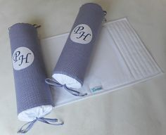 Segura Neném todo confeccionado em tecido 100% algodão. <br>Base em tecido com enchimento em manta acrílica. <br>Rolinhos laterais em espuma tubular revestida com tnt, capa em tecido 100% algodão, fechamento nas pontas com cordinhas de viés e velcro em um dos rolinhos para fixação na base. <br> <br>*Os tecidos para base e rolinhos poderão ser escolhidos. Consulte disponibilidade de cores e estampas. <br>**Os rolinhos poderão ter as inicias do bebê com bordado à máquina. <br>***Produto…