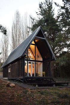 This Patagonian prefab cabin can withstand volatile climates. The town of Vilches in Southern Chile is perched about halfway up the Andes… Cabin Design, Rustic Design, House Design, Prefab Buildings, Prefabricated Houses, A Frame Cabin, A Frame House, Prefab Cabins, Prefab Homes