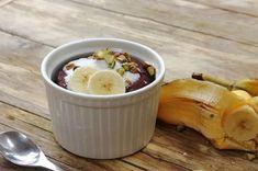 Φτιάξε και εσύ το πιο νόστιμο σοκολατένιο κέικ μπανάνας χωρίς αυγά και γάλα σε ελάχιστο χρόνο. Θα σε εκπλήξει το τι θαύματα μπορείς να κάνεις με μία κούπα.