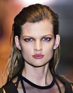 Runway Beauty: These Daring Makeup Pairings Are So Wrong, They're Right - theFashionSpot Greasy Hair Hairstyles, Sleek Hairstyles, Down Hairstyles, Inspo Cheveux, Wet Look Hair, Glam Hair, Shiny Hair, Cool Hair Color, Catwalks