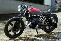 Vini Garage Company verse sans hésiter dans le mélange des genres. Exemple avec cette Honda CB 125 Twin cafe-racer tendance kustom, plutôt originale !
