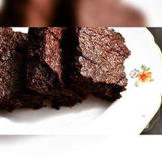 Today on the blog: Recension of the book Let's Bake and the recipe for super tasty classic Brownies ❤ #girlofbakingavenue #bakingavenue #rezension #recension #cynthiabarcomi #letsbake #mosaikverlag #klassischebrownies #classicbrownies #Brownies #schokolade #chocolate #chocoholic #addicted #fudgy #gooey #foodporn #recipeoftheday #foodgasm #rezeptaufdemblog #linkinbio #recipeonmyblog