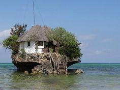 Zanzibar, Tanzanie, restaurant installé sur un rocer de corail et de pierre au milieu de la mer