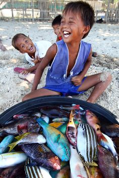 Fish and Kids | Bulalacao, Philippines (by Jules1405). I wish I can come then live with them for a life. Very short life.