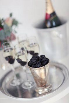 Framboesas com champagne é uma forma elegante de colocar ainda mais sabor em uma das bebidas mais refinadas do dia. www.facebook.com/blacktienoivas