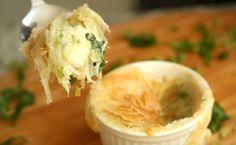 Vídeo com passo-a-passo: veja como fazer a receita de brandade de bacalhau com batata palha servida em potinhos.