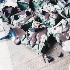 Aesthetically pleasing food porn green tea matcha vegan slice Tess begg sweet recipes chocolate sauce cheesecake Tess Begg, Matcha Green Tea, Chocolate Recipes, Sweet Recipes, Cheesecake, Food Porn, Gift Wrapping, Vegan, Gift Wrapping Paper