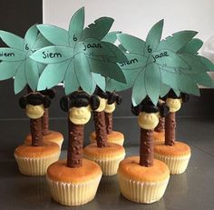 Palmbomen traktatie by carlene Party Treats, Party Snacks, Party Favors, Kids Birthday Treats, Diy For Kids, Crafts For Kids, School Treats, Jungle Party, Happy Foods