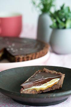 Chokoladetærte opskrift - virkelig lækker med saltkaramel Dessert Drinks, Delicious Desserts, Tart, Sweet Tooth, Food Porn, Food And Drink, Pie, Sweets, Bread