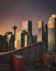 Sunset over Downtown Calgary - Architecture and Urban Living - Modern and Historical Buildings - City Planning - Travel Photography Destinations - Amazing Beautiful Places University Of Calgary, City Architecture, Urban Life, City Photography, Abandoned Buildings, Travel And Tourism, Canada Travel, Seattle Skyline, Beautiful Places