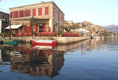 Octopus Restaurant, à droite dans dans le port de Molyvos, Lesbos. Le poisson est très bon mais le port est assailli de touristes.