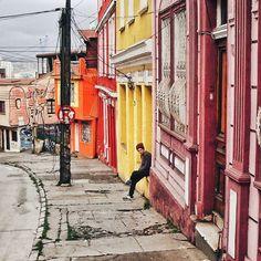Ni frenar ni estacionarse . . #vsco #vscogood #vscocam #snapseed #snapshot #snap #eyeem #architecture #archdaily #igers #instamoment #hallazgosemanal #chile #city #travel #walk #photography #valparaiso #streetart #colorful #guy