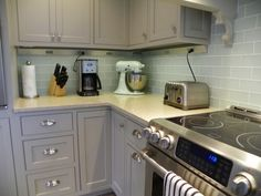 16 Picturesque Grey Kitchen Cabinets Collection : Picturesque Grey Kitchen Cabinet Inspiration in Small Floorspace Kitchen Decoration with G. Grey Kitchen Tiles, Modern Grey Kitchen, White Wood Kitchens, Grey Kitchen Cabinets, Kitchen Decor, Kitchen Backsplash, Kitchen Ideas, Inset Cabinets, Kitchen Nook