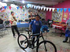 Valencio es un joven de 17 años, con un diagnóstico de linfoma no hodgkin en recaída, quien gracias al grupo COCOTAZO de Corporación La Prensa cumplió su deseo de tener una bicicleta.  Además, recibió muchos regalos y hasta una invitación especial por parte de la Selección Nacional para estar en una práctica antes de su próximo juego.