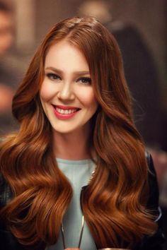 Bakır Kızılı  Bakır saç rengi hemen her sezon başka bir tonuyla kadınların saç renkleri radarına takılıyor. Sezonun trendi olan bu renk özellikle beyaz tenlilere çlk yakışıyor.