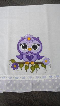 Pano de prato 100% algodão. Pintura coruja, barrado em tricoline e medindo 6,5 cm. Comprimento da peça com barrado incluso 75 cm. Sob encomenda, as estampas do barrado podem sofrer alterações, porém o cliente pode escolher o tecido de acordo com sua preferência. Owl Quilt Pattern, Quilt Patterns, Owl Pictures, Pictures To Draw, Tole Painting, Fabric Painting, Owl Embroidery, Country Paintings, Baby Owls