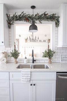 27 Beautiful Christmas Kitchen Decor Ideas And Makeover. If you are looking for Christmas Kitchen Decor Ideas And Makeover, You come to the right place. Here are the Christmas Kitchen Decor Ideas And. Diy Home Decor Rustic, Farmhouse Christmas Decor, Farmhouse Kitchen Decor, Christmas Home, Kitchen Interior, Rustic Farmhouse, Christmas Holidays, Farmhouse Ideas, Christmas Decorations