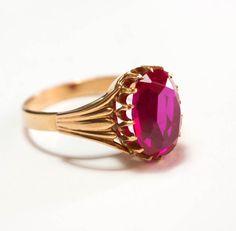 14 kt. gouden ring met corund Ruby 583  Deze ring is een goud (14 kt.) ring met een synthetische grote robijn-gestempeld 583 en met de hamer van de Sovjet-Unie en classic maar origineel voor elke USSR ring doctoraal stempel.Op de foto's ziet u beide stempels op de ring.Deze ring is ideaal voor uw verzameling omdat deze USSR ring antieke binnenkort zal. En het is ook prettig om te dragen omdat het ziet er prachtig en als nieuw.Totaal gewicht: 395 ct. (7.9 gram)Grootte van de ring: 21Grootte…