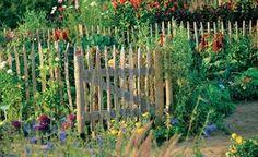Ob Staketen, Latten, Lamellen oder rustikale Bretter – ein Holzzaun sorgt für die persönliche Note und gibt jedem blühenden Paradies den passenden Rahmen