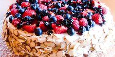 Her har du kaken som slår an ved enhver sommerfest! Kaken består av en lekker mandelbunn som fylles med vaniljekrem og pyntes med glaserte bær. Fudge Cake, Fruit Salad, Acai Bowl, Breakfast, Food, Acai Berry Bowl, Breakfast Cafe, Toffee Cake, Essen