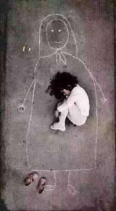 A photograph that moved the world! In Iraq, a little girl drew a picture of her mother on the floor of her orphanage. She carefully took off the shoes, lay down on mother's chest and fell asleep... I really don't know how to use human language to interpret such a picture.