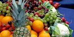 Oslo 20080611. Fruktbord. Frukt og grønnsaker. Sunnhet. farger. Slankemat.  Appelsiner, Ananas, Blomkål, sukkererter, gulrøtter Moreller , jordbær, tomater, redikker, grønne druer. Keramikkmugge med vann.  Foto: Berit Keilen / SCANPIX=