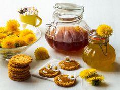 Z pampelišek se dá vyrobit skvělý med, nebo vlastně sirup, který můžete vyzkoušet do čaje. K výrobě světlého medu použijte tradiční bílý cukr a tmavý med udělejte s třtinovým nebo přírodním nerafinovaným cukrem. Zatímco klasický med je zlatavý, z tmavého cukru připomíná lesní med.