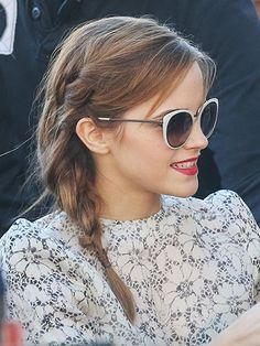 Emma Watson with a teeny side braid. Style Emma Watson, Emma Watson Belle, Emma Watson Estilo, Ema Watson, Emma Watson Hair Color, Emma Love, Emma Watson Beautiful, Loose Side Braids, Side Plait