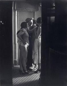 Brassaï (dit), Halasz Gyula (1899-1984), Chez Suzy, trois femmes autour d'un homme, 1932