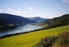 Der Mjøsa-See in Norwegen, an dem auch Lillehammer liegt, an einem schönen Sommertag.