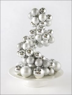 bauble centrepiece - how easy is this. Create your own Christmas Table Centrepiece. DIY instructions attached.