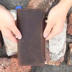 Mantime twerky design handmade leather card holder wallet in brown Leather Bag Tutorial, Leather Wallet Pattern, Handmade Leather Wallet, Leather Gifts, Leather Craft, Crossbody Louis Vuitton, Diy Handbag, Leather Projects, Wallets For Women