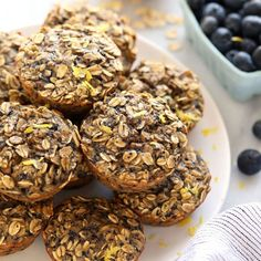 The oatmeal cup of all oatmeal cups is here! You must make these peanut butter chocolate chip baked oatmeal cups for a healthy breakfast idea all week long. Healthy Summer Recipes, Summer Salad Recipes, Healthy Meals For Two, Healthy Breakfast Recipes, Healthy Baking, Healthy Desserts, Healthy Food, Baked Oatmeal Cups, Baked Oatmeal Recipes