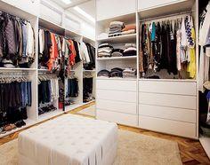 """""""Sempre tive um sonho de ter um closet só para mim. Foi tudo bem pensado: a   quantidade de roupas que eu tinha, a funcionalidade, um espaço só para óculos... Aqui é meu lugar preferido"""" (Foto:  )"""