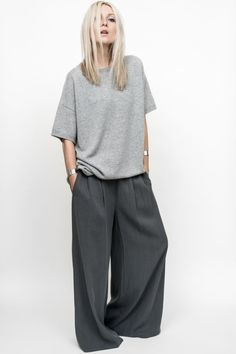 Find images and videos about style, outfit and grey on We Heart It - the app to get lost in what you love. Tomboy Fashion, Grey Fashion, Minimal Fashion, Daily Fashion, Fashion Outfits, Fashion Tips, Fashion Design, Fashion Fashion, Quoi Porter