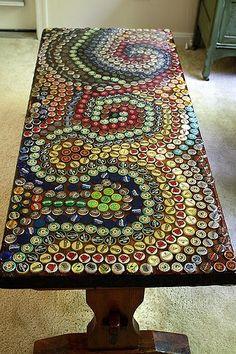 para reciclar tapitas y a la vez si tenes una mesa de exterior que no esta en muy buenas condiciones, armate de pacienda para buscar colores y diseños y armate  una mesa lindisima