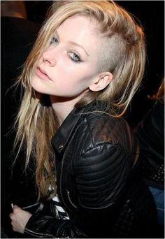 ロングヘアのツーブロック。おしゃれな女の子にトライして欲しい☆女子のツーブロックヘア参考一覧☆                                                                                                                                                     もっと見る