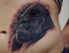 Tattoo-Foto: Winner Gorilla Con Kiel Best of Sunday Gorilla Tattoo, Female Gorilla, Tattoo Muster, Tattoo Designs, Sugar Skull Tattoos, Realism Tattoo, Shoulder Tattoos, King Kong, Arm Tattoo