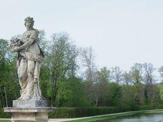 Nombreuses sont les statues qui, sous un soleil printanier, redécouvrent une nouvelle fois l'oeuvre fondatrice du jardin à la française.