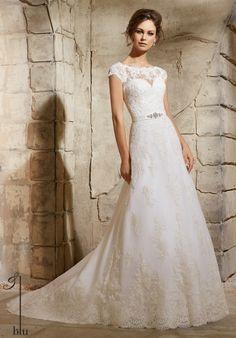 28525ab01bbf 15 bästa bilderna på Brudklänningar i spets under 2019   Wedding ...