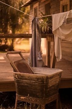 a simpler time . wash tub, washboard + laundry on a clothesline. can't lie,I think I'd totally wash clothes this way! Doing Laundry, Laundry Room, Laundry Art, Laundry Decor, Country Life, Country Living, Country Charm, What A Nice Day, Vie Simple