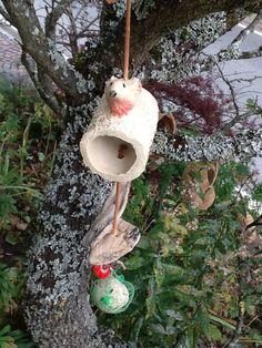 Gartendekoration - Die Vögel warten schon - Futterstelle - ein Designerstück von Bodenseekeramik bei DaWanda Wind Chimes, Designer, Bird, Etsy, Outdoor Decor, Home Decor, Waiting, Decoration Home, Room Decor