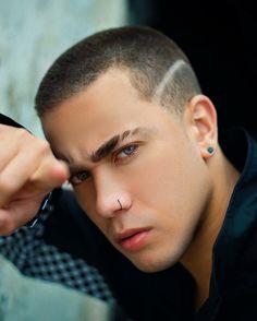 Inspiração de corte raspado com risco na lateral do youtuber Luis Mariz. Confiram mais dicas de cortes de cabelo masculino para adolescentes no blog Marco da Moda