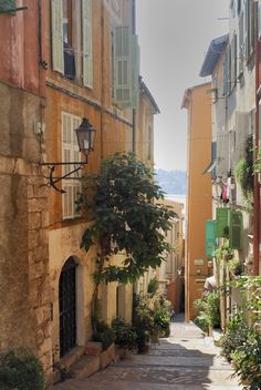 Villefranche ~ (Notice the shape of the lamps brackets).