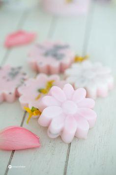 Seifen mit Blüten gießen DIY Geschenkidee
