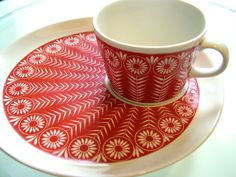 Vintage Kaj Frank Riikinkukko cup with plate from Arabia of Finland with a stunning peacock pattern in excellent condition, like new Cup: Vintage Dinnerware, Vintage Kitchenware, Vintage Ceramic, Ceramic Tableware, Porcelain Ceramics, Deco Retro, Marimekko, Scandinavian Design, Tea Pots