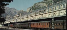 Variopinta composición bajo la marquesina de la estación internacional. (Foto: El ferrocarril de Canfranc y los Transpirenaicos. Aldaba Edic...