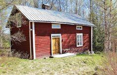 These window ideas might suit a tiny house with a loft. Or a log cabin that has tall walls. Red Houses, Little Houses, Tiny Houses, This Old House, Sweden House, Window Ideas, Scandinavian Home, Small Homes, Exterior Paint