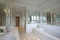 In luxuriösen Badewannen plantschen, im eigenen Spa entspannen und umgeben von Marmor den Panoramaausblick aufs Meer genießen – gerade im Badezimmer träumen wir alle gerne von ein wenig dekadentem Luxus. Hier kommen zehn traumhaft luxuriöse Bäder.