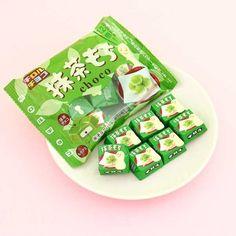 Japanese Snacks, Japanese Dishes, Japanese Food, Japanese Rice Cake, Japanese Things, Japanese Sweet, Japanese Candy, Green Tea Mochi, Japanese Chocolate
